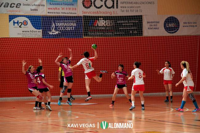 Tortosa's handball team attacks against El Perelló in a battle for promotion to the Lliga Catalana