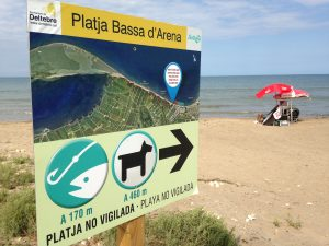 Dogs permitted sign at Platja Bassa d'Arena, Terres de l'Ebre